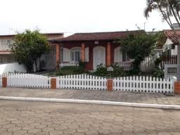 Casa com ótima localização, a 150 metros da praia de Enseada