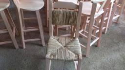 Cadeira com palha no acento e no encosto