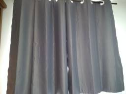Vendo cortina cinza.