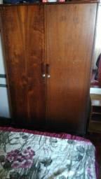 Guarda roupa antigo de madeira