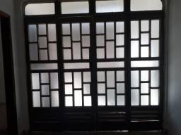 01 Porta grande de metal e 02 janelas iguais.