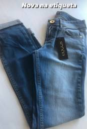 Calça jeans na etiqueta