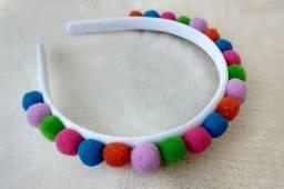 Tiara com pompom colorido