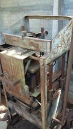 Máquina para a produção de blocos com 3 formas e tábuas