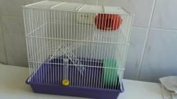 Duas gaiolas para hamster e uma bola de passeio