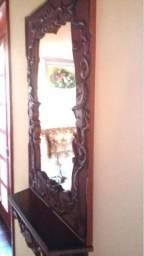 Espelho grande com madeira trabalhada e prateleira
