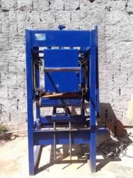 Máquina de fabricação de blocos e artefatos de concreto