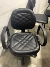 Dois tipos de cadeiras semi-novas