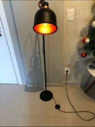Luminária de chão preta e cobre