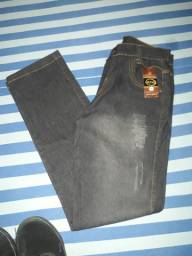 Calça na etiqueta e sapato