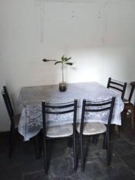 Mesa de mármore com quatro cadeiras