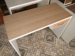 Título do anúncio: Mesas de estudo branca com tampo amadeirado de vários tons