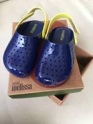 Título do anúncio: Sandalia Papete Azul e Amarelo Mini Melissa Furadinha Babouche tamanho 22