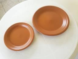 12 pratos rasos e 06 pratos de sobremesa em cerâmica