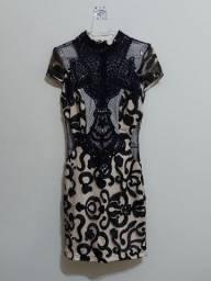 Vestido curto bordado preto sobre tecido bege