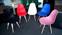 Cadeiras Eiffel coloridas