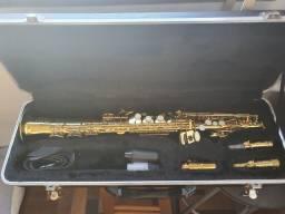 Saxofone Soprano Planet Wind com acessórios.