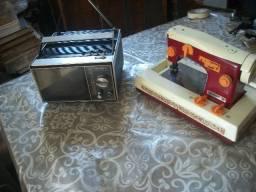 Pequena Tv Sony antiga e maquina de costura da Estrela