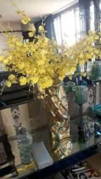 Vaso decorativo com flores artificiais