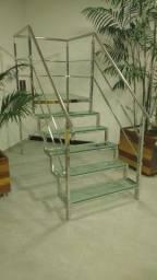 Estrutura de escada em inox com degraus de vidro