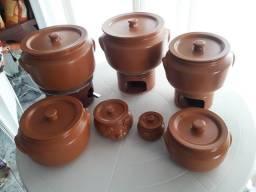 Cinco caçarolas, três com rechaud e dois potes em cerâmica