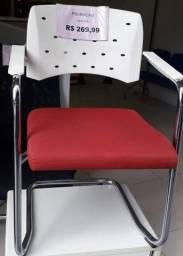 Título do anúncio: Cadeira com forro vermelho fixa com encosto branco de plastico