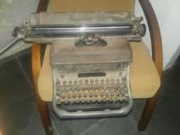 Máquina de escrever antiga, relíquia, mais de 100 anos