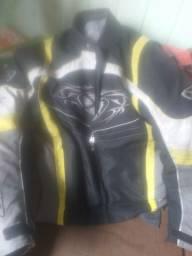 Jaqueta de motoqueiro IXON tem protetor nos braços