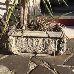 Floreira de cimento moldado usada