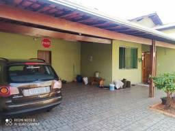 Casa plana, lote de 360mts c/04qts, 04vgs, aceita troca, Bairro Santa Branca.