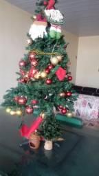 Vendo essa árvore de natal com todos o acessórios