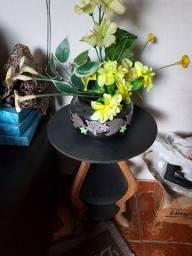 Vaso  de louça bordado em alro relevo com arranjo