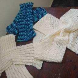 Cachecóis feitos a mão. Trabalho em tricô.