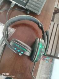 Fone de ouvido game com lede e controle.