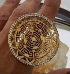 Lindo anel folheado a ouro com zircônias