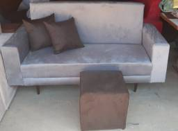 Sofa pe palito com almofadas e puf