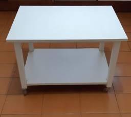 Mesa branca de madeira com rodinhas
