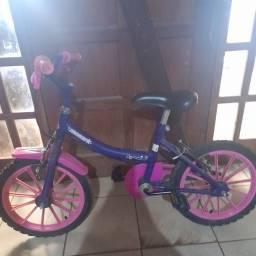 Vende-se bicicleta infantil de menina ganhei outra por isso quero vender  logo.