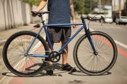 Bicicleta fixa com guidão de carbono