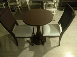 Mesas e cadeiras redondas