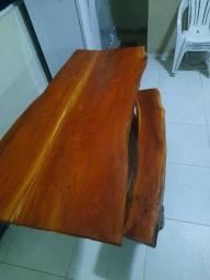 Mesa rústica de jaqueira.