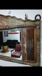 Espelho feito de madeira nobre
