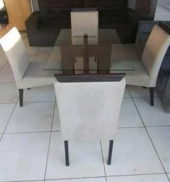 Mesa em Madeira Maciça com Cadeiras Estofadas (Conservadissima)