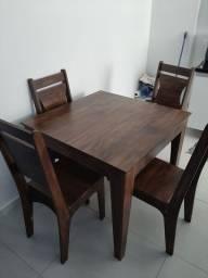 Mesa de madeira 90 cm x 90 cm com quatro cadeiras