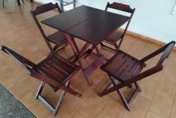 Jogo de Mesa e Cadeiras de Madeira