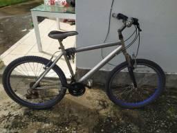 Bicicleta de alumínio em bom estado