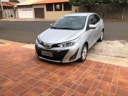 Toyota Yaris completo baixo km