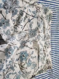 Calça branca e flores azuis