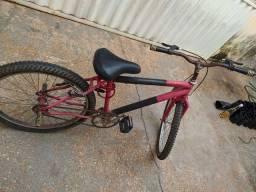 Bicicleta na cor vermelha e preta