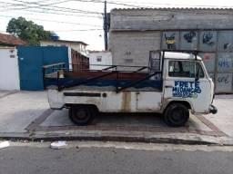 Kombi pick up carroceria aberta andando normalmente
